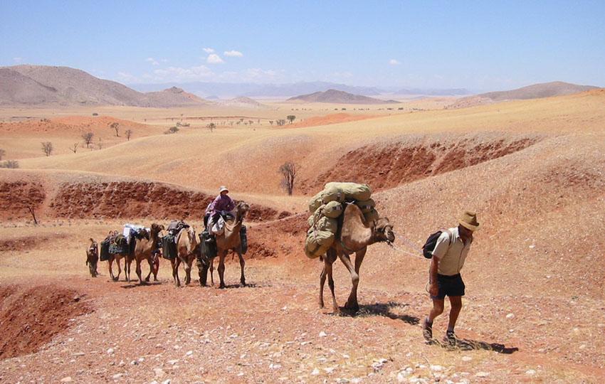 """Stefan Fischer auf Kamel-Safari im Tsondab Valley im November 2001: """"Grandiose Erfahrung in der schönsten Gegend, die ich in diesem Land gesehen habe."""""""