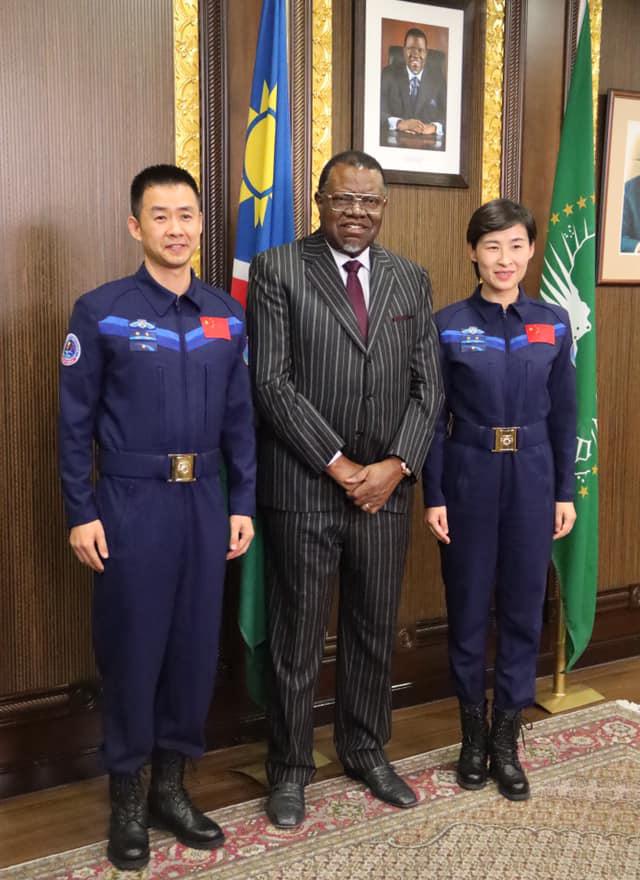 Präsident Geingob & chinesische Astronauten