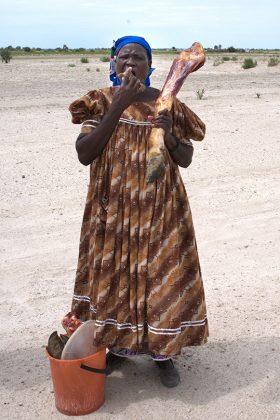 Hererofrau mit Rinderbein