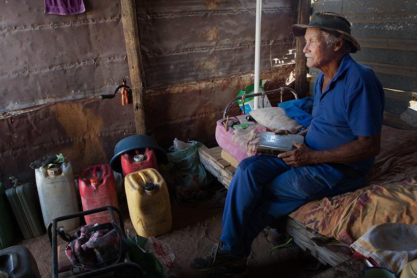 Mann in Hütte, Namibia