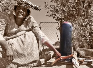 Hererofrau mit Gasflasche