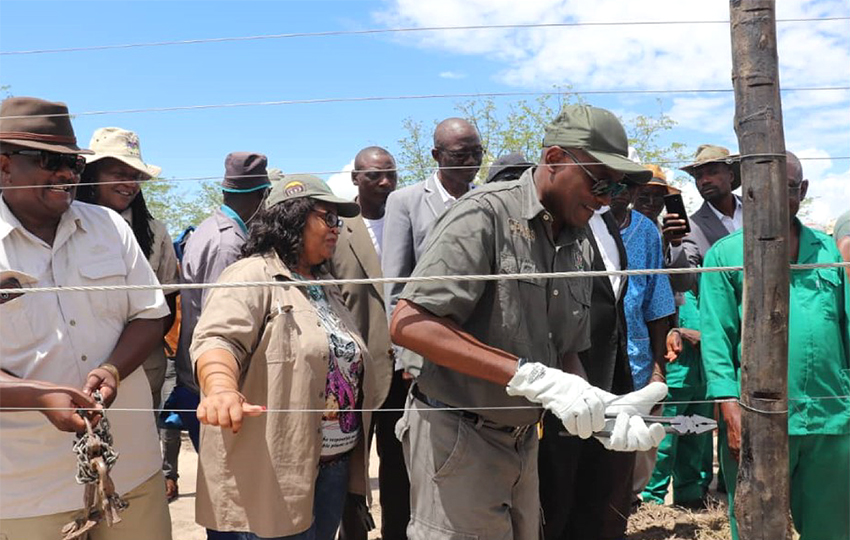 Umweltminister weiht Etosha-Zaun ein