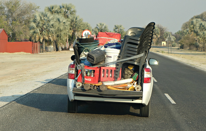 Auto mit Plastikstühlen